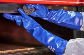 Chemical resistant glove that covers until de upper part of the elbow
